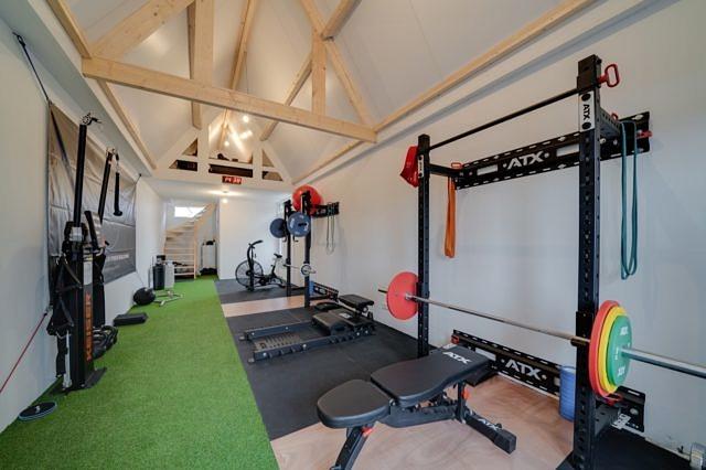 Een blik in de studio met onder andere apparatuur van Keiser en ATX Fitness.